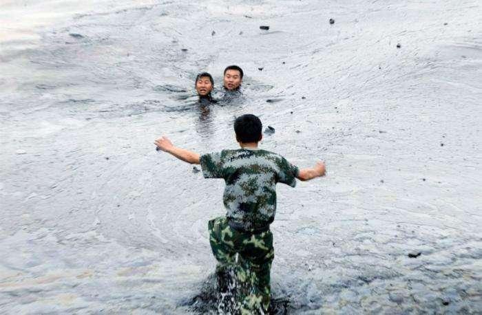 Разлив нефти в Китае (30 фото)