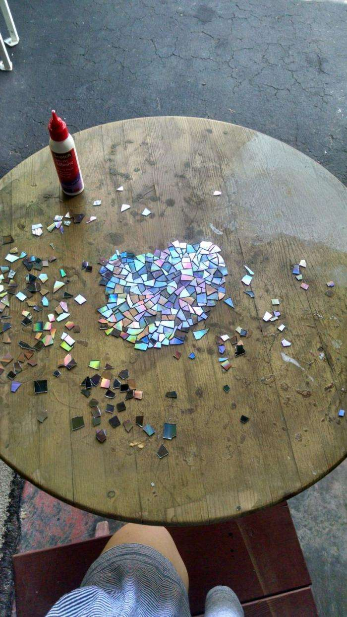 Ненужные компакт-диски способны преобразить старую мебель (17 фото)