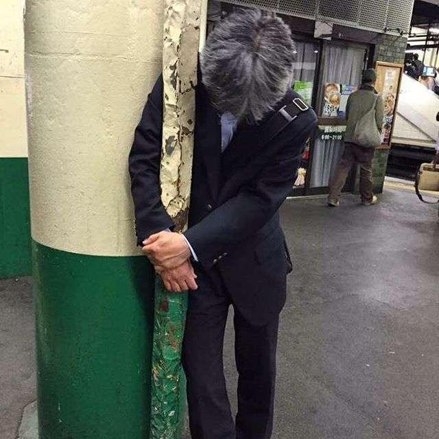 Бухие японцы могут дрыхнуть где попало в самых замысловатых позах