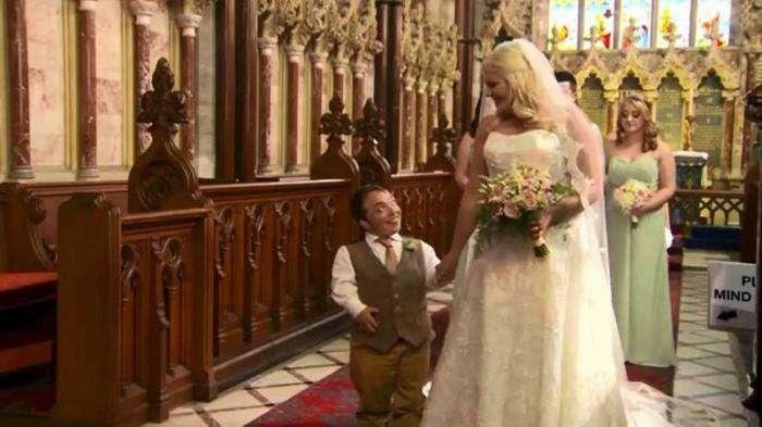 Этот жених взял стремянку в церковь, чтобы поцеловать невесту (5 фото)