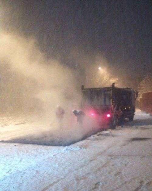 С первым снегом коммунальщики начинают активно класть асфальт (9 фото)