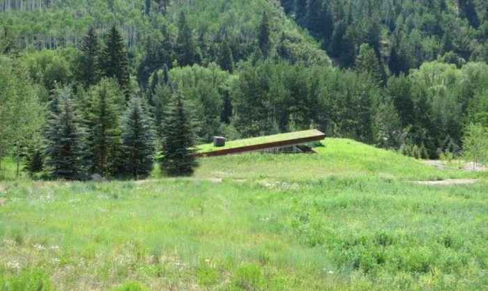 Природная маскировка: дом, интегрированный в окружающий ландшафт
