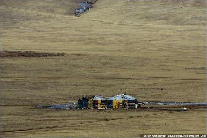 Зачем монголы окружают свои юрты посреди степи забором
