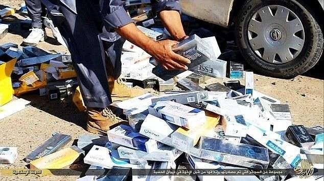 В исламском государстве не любят курильщиков (4 фото)