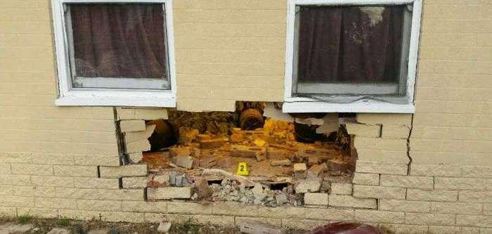 Водитель пробил стену дома, в котором обнаружился куст конопли, выращенный гидропоникой