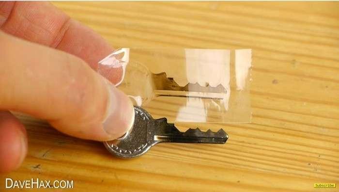 «Взламывющий» лайфхак: как сделать дубликат любого ключа из подручных материалов