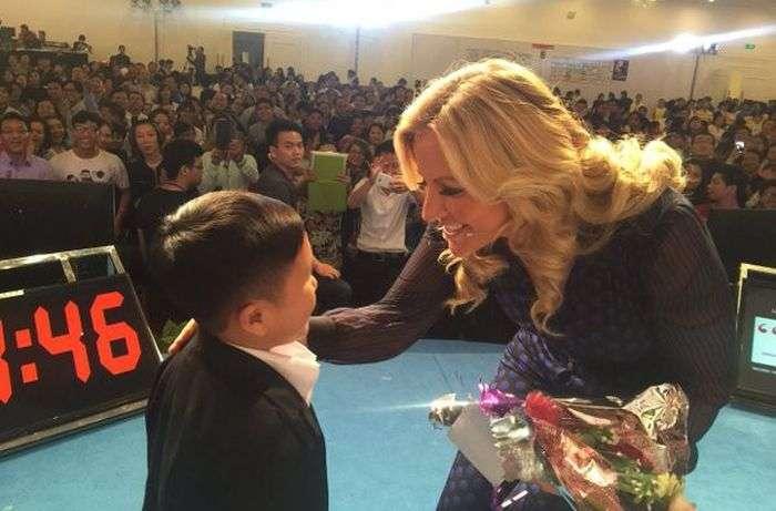 Британская баронесса Мишель Моне взяла на руки 22-летнего вьетнамца, приняв его за ребенка