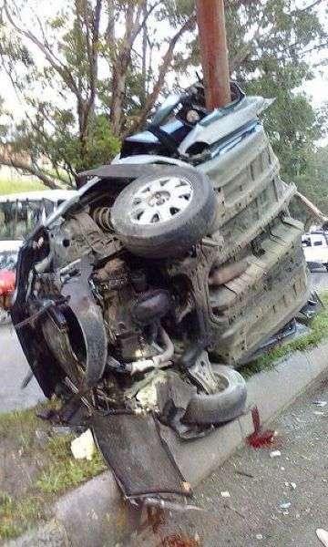 В Каракасе машина от сильнейшего удара обняла столб