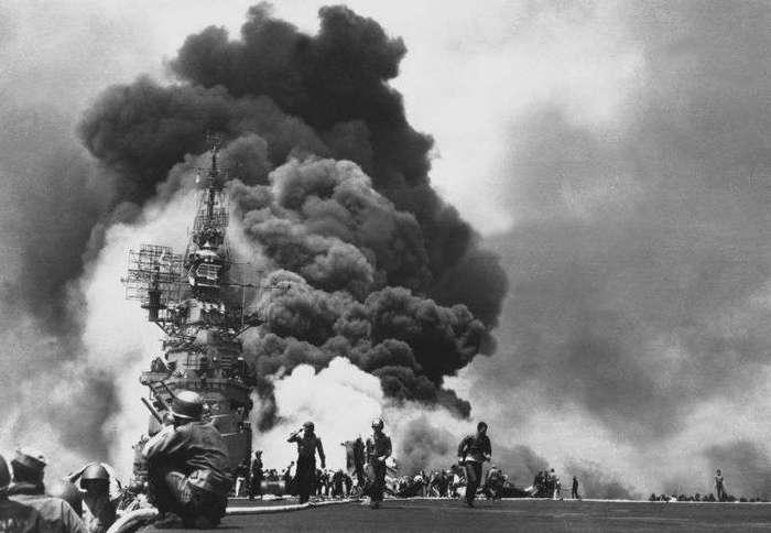 Американские авианосцы после встречи с самолетами камикадзе