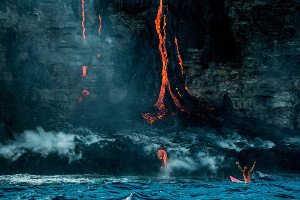 Плаванье в океане с лавой на Гавайях