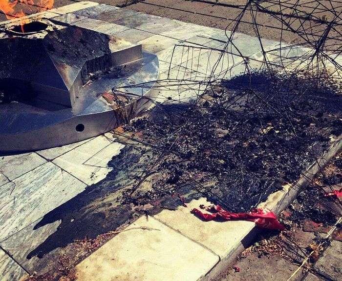 Жестокие вандалы развалили «Вечный огонь» (5 фото)