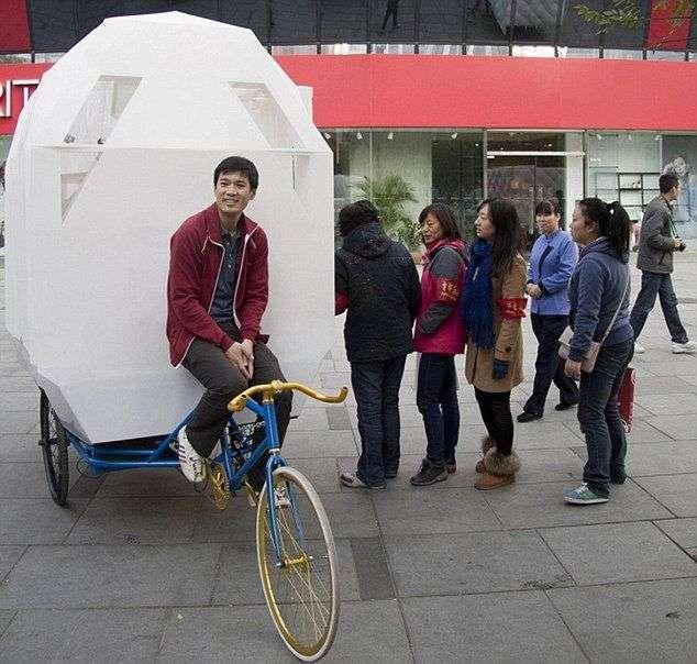 Полноценная квартира для молодой пары на багажнике велосипеда (9 фото)