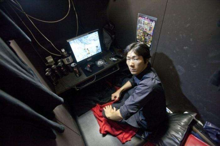 Жизнь японских обитателей интернет-кафе (7 фото)