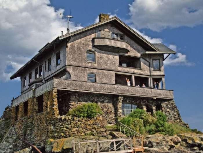 Клингстоун – самодостаточный дом на скале (8 фото)
