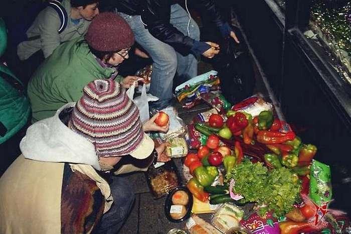 Лакомства с помойки: отбросы супермаркетов для москвичей