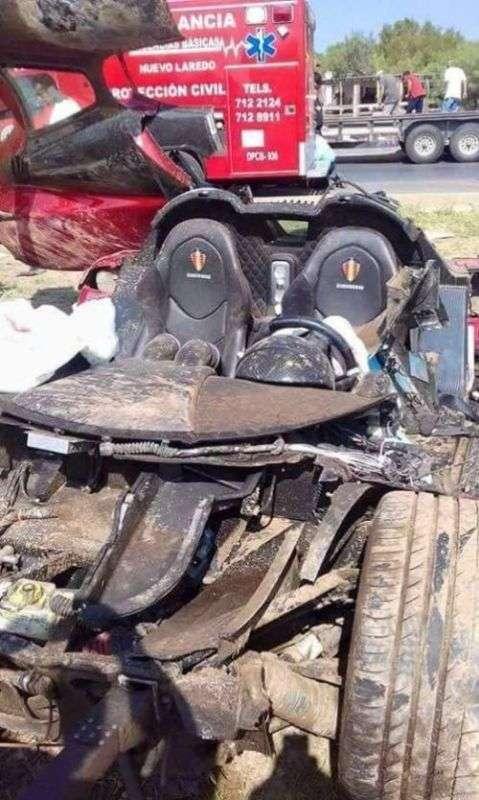 Суперкар за 1 250 000 долларов развалился от столкновения с бордюром (6 фото)