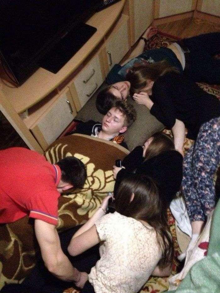 Собутыльника, заснувшего первым, на вписках теперь хоронят (6 фото)