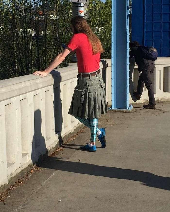 Мальчонки в юбчонках (16 фото)