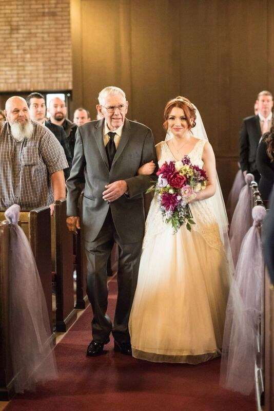 Эта невеста вышла замуж в свадебном платье мамы и бабушки (10 фото)