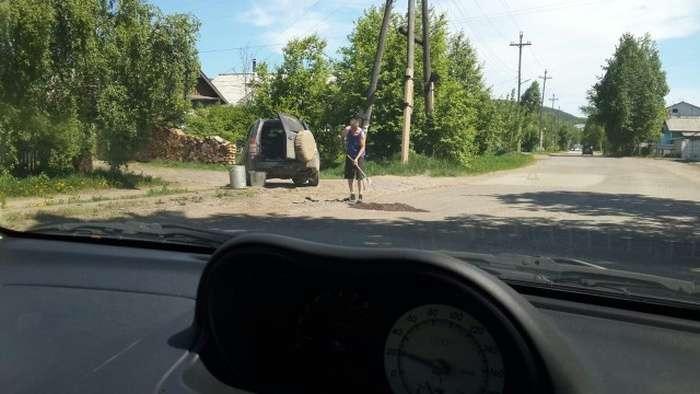 Жителям Киренска приходится самостоятельно заделывать ямы на дорогах