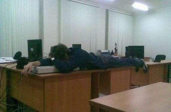 Спим на работе (17 фото)