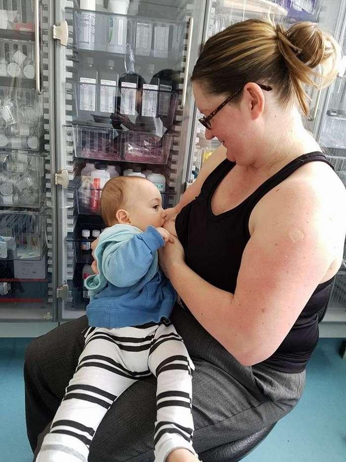 Девушка попросила незнакомок покормить грудью ее сына (5 фото)