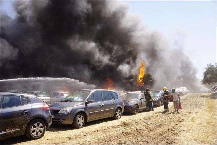 На парковке музыкального фестиваля в Португалии сгорели 422 автомобиля (21 фото)