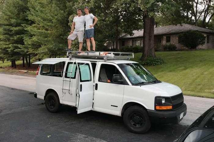Молодой режиссер превратил ржавый фургон в мобильную студию