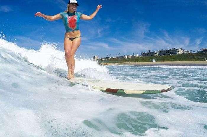 Обнаженные серфингистки в нарисованных купальниках