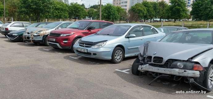 В Минске москвичка на Range Rover устроила истерику после задержания: покусала инспекторов, пыталась съесть протокол