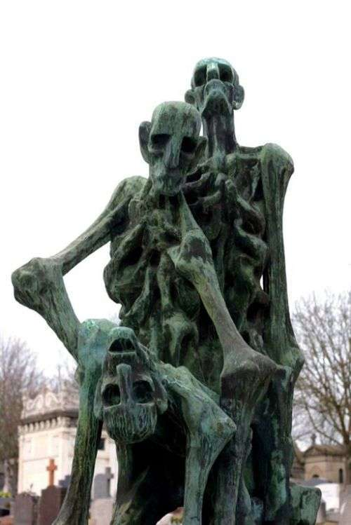 Жуткие кладбищенские статуи (17 фото)