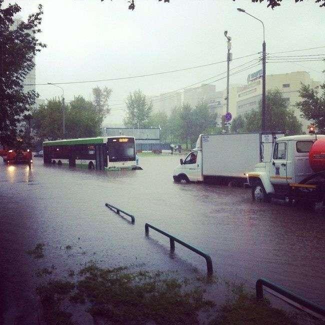 В Москве из-за ливня вышла из берегов река Яуза (14 фото)