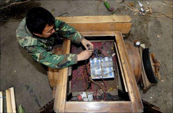 Китаец запилил себе деревянный электромобиль (8 фото)