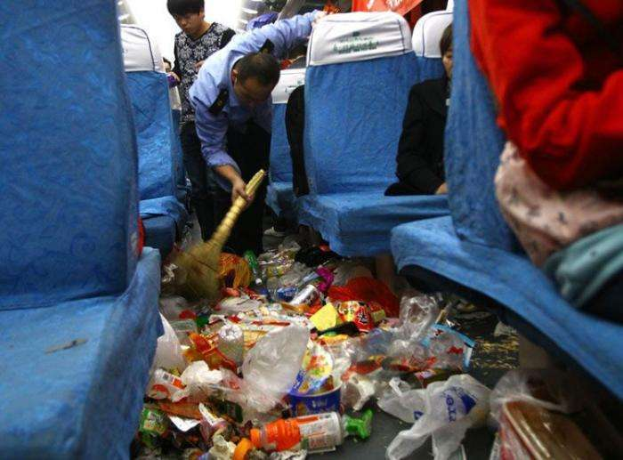 Китайские поезда по праздникам превращаются в мусорные свалки (4 фото)