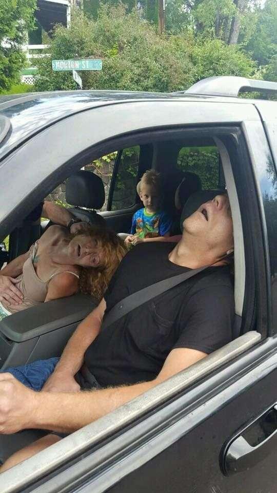Родители-наркоманы вырубились под героином в машине с четырехлетним ребенком на заднем сиденье