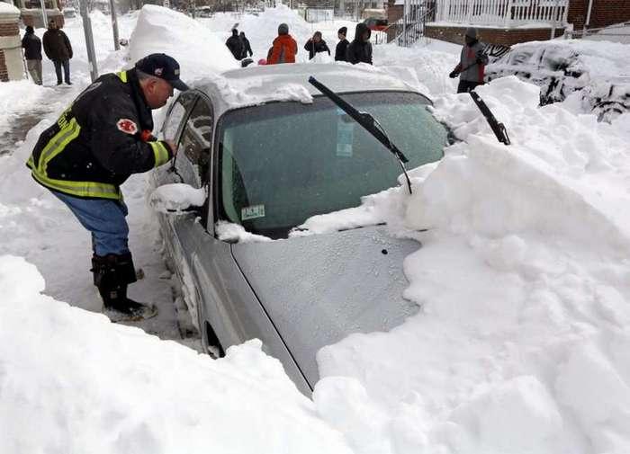 Пока он чистил снег, его жена и дети тихо умерли в машине