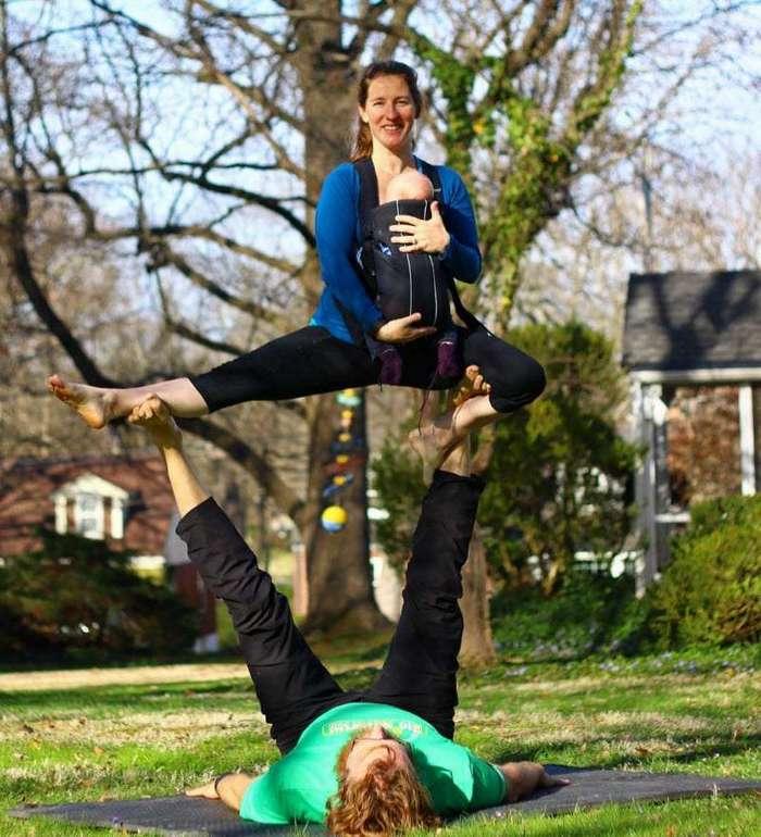 Беременность — не помеха для занятий акройогой (11 фото)