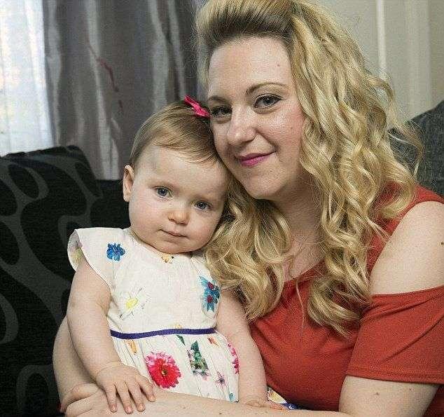 Новорожденную пришлось обмотать упаковочной пленкой, чтобы не повредить выпавшие внутренние органы (5 фото)