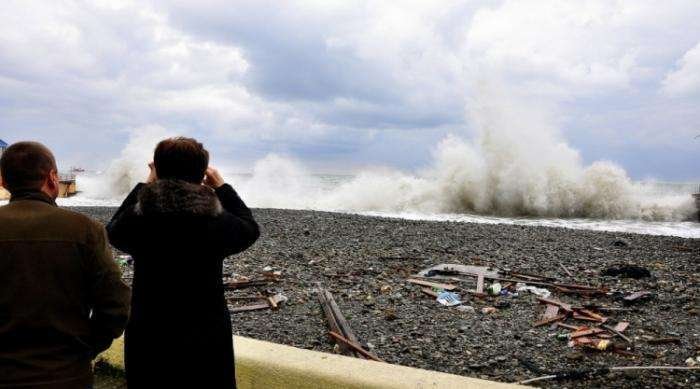 В Сочи штормом разбило центральную набережную (21 фото)
