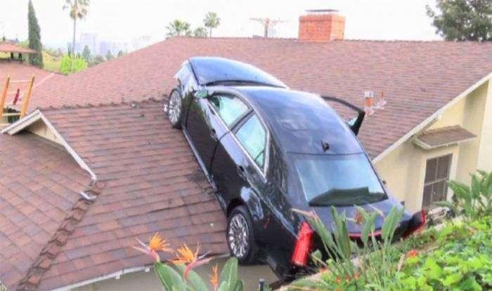 Водитель удачно посадил авто на крышу соседского дома (7 фото)