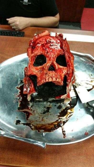Торты в виде окровавленных черепов (16 фото)
