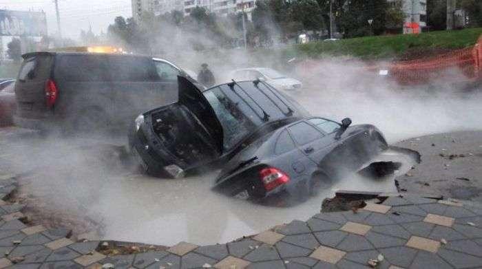 В Самаре два автомобиля провалились в яму с кипятком