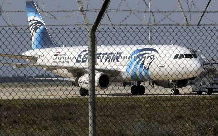 Самолет EgyptAir, летевший из Парижа в Каир, упал в море