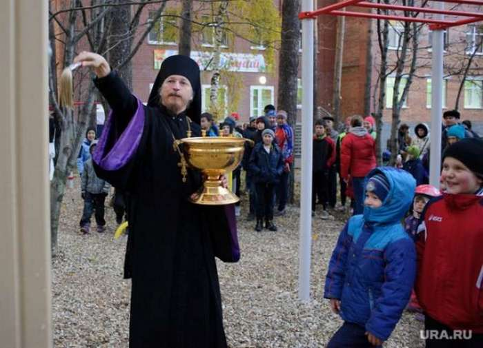 Священнослужитель продал квартиру, чтобы построить детям школу
