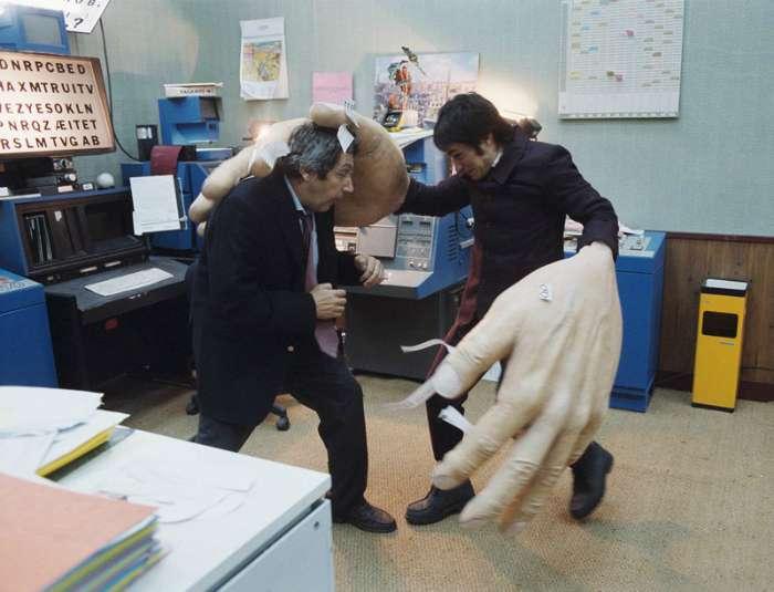17 комичных снимков о людях, которые не скучают даже на работе