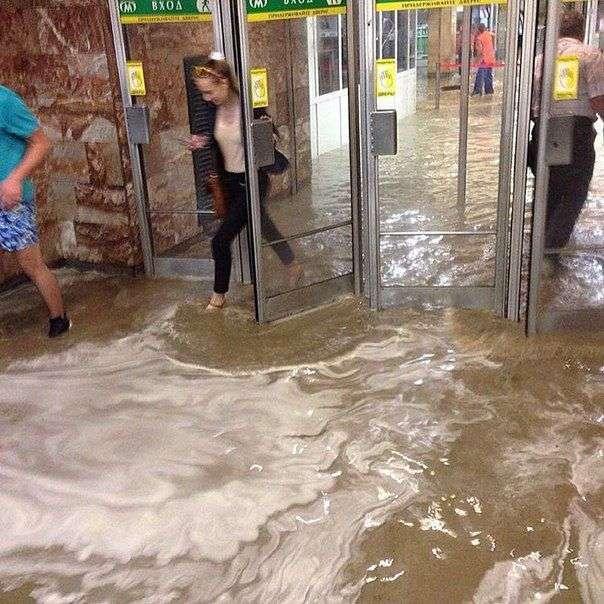 В Новосибирске после сильного дождя начался потоп (13 фото)