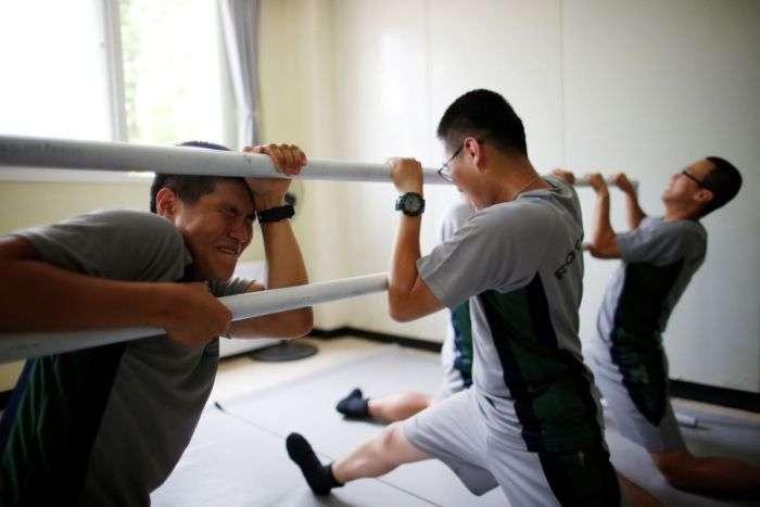 Южнокорейские солдаты справляются со стрессом с помощью балета (10 фото)