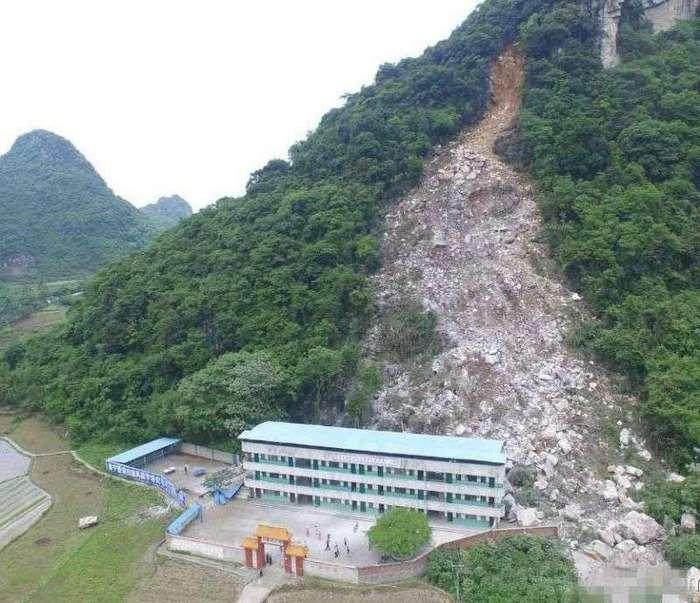 В школу прилетел камушек со стоящей рядом горы (9 фото)