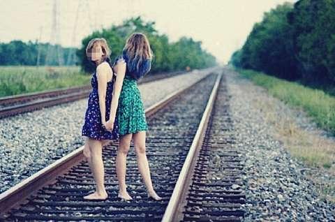 На Кубани товарный поезд насмерть сбил целующихся студенток (2 фото)