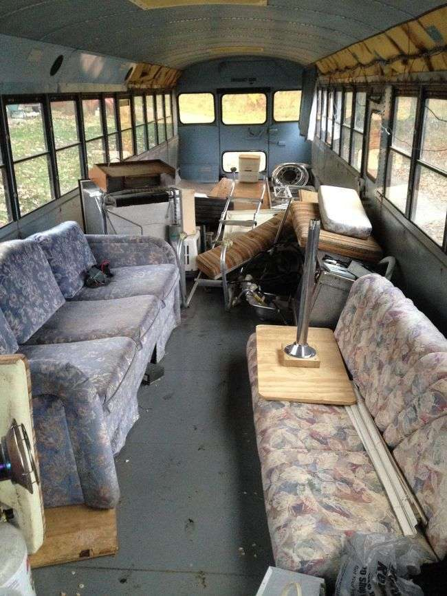 Выпускники колледжа превратили старый школьный автобус в эпичный дом на колесах для восьмерых человек (33 фото)